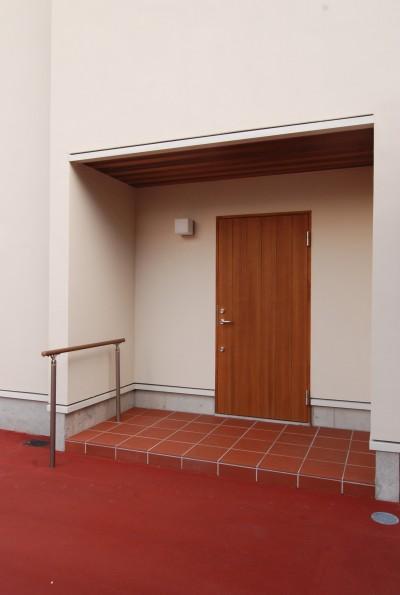 木製玄関防火戸 (親家の隣に建つ住まい~建築家紹介サイトでの出会い~)