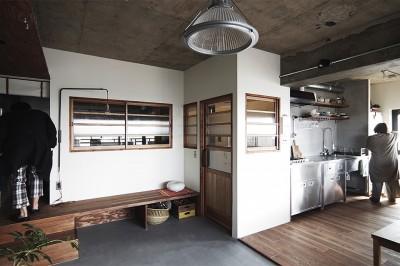 混ぜるほどに味が出る暮らし。愛知県安城市・マンションリノベーションK様邸 (リビングのベンチ)