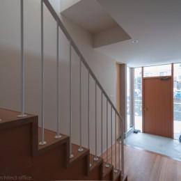 小立野台地の家|街を見下ろす眺望の良い家 (玄関)
