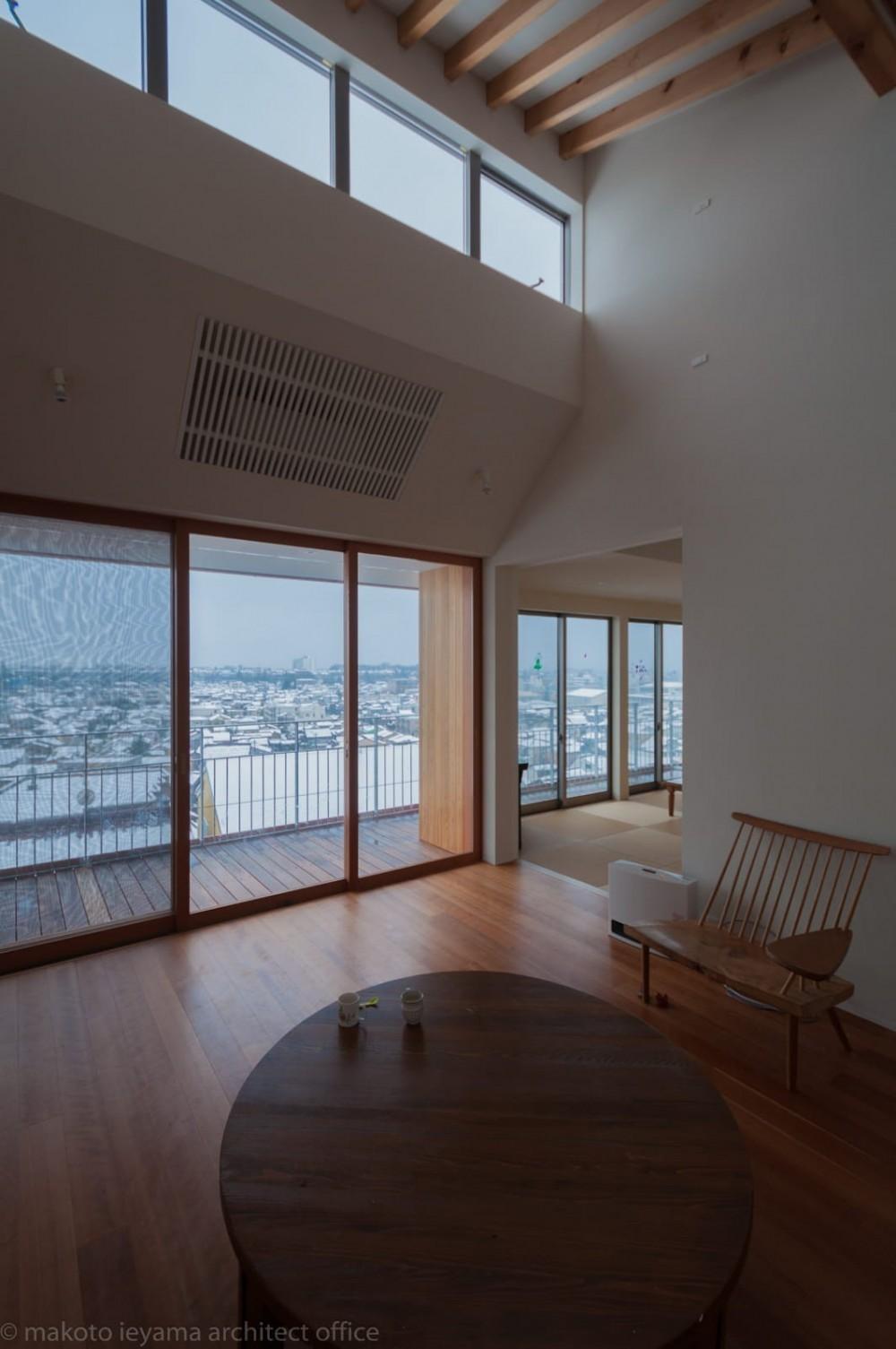 小立野台地の家|街を見下ろす眺望の良い家 (リビングからバルコニー越しに眺望が広がる)