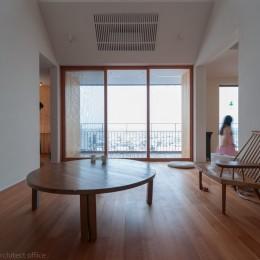 小立野台地の家|街を見下ろす眺望の良い家 (リビングからバルコニーを見る)