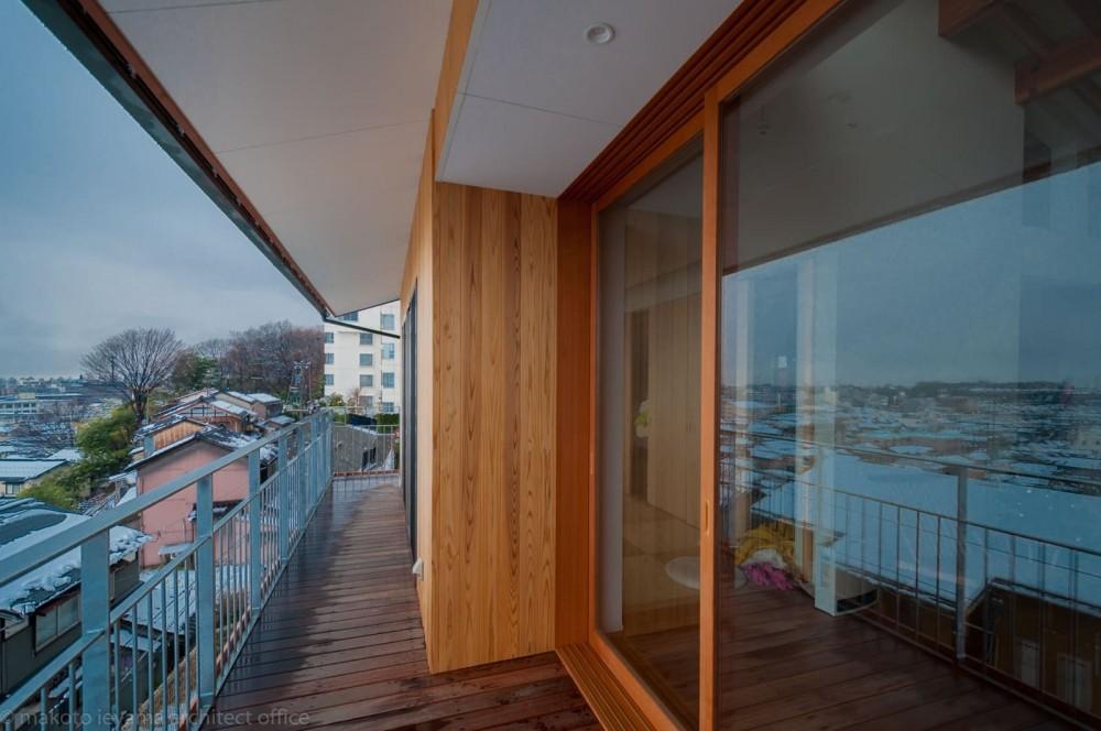 小立野台地の家|街を見下ろす眺望の良い家 (崖に面して幅いっぱいのバルコニー)