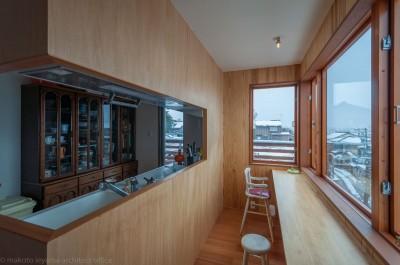 小立野台地の家|街を見下ろす眺望の良い家 (キッチン・ダイニング)