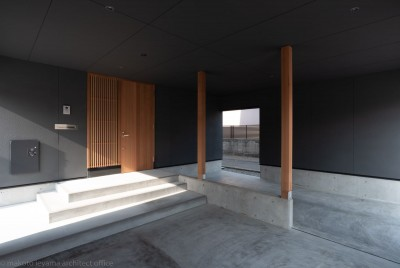 駐車スペース (円光寺の家|内部と外部が繋がるミニマルな住宅)