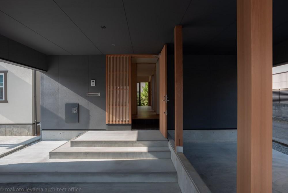円光寺の家|内部と外部が繋がるミニマルな住宅 (玄関)