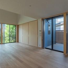 リビング (円光寺の家|内部と外部が繋がるミニマルな住宅)