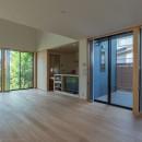 円光寺の家|内部と外部が繋がるミニマルな住宅の写真 リビング
