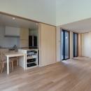 円光寺の家|内部と外部が繋がるミニマルな住宅の写真 リビングからキッチン・ダイニングを見る