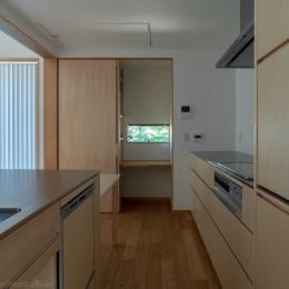円光寺の家|内部と外部が繋がるミニマルな住宅 (キッチン)