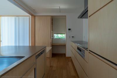 キッチン (円光寺の家|内部と外部が繋がるミニマルな住宅)