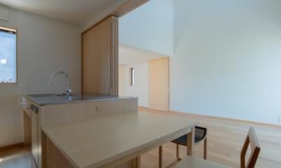円光寺の家|内部と外部が繋がるミニマルな住宅 (ダイニングからリビングを見る)
