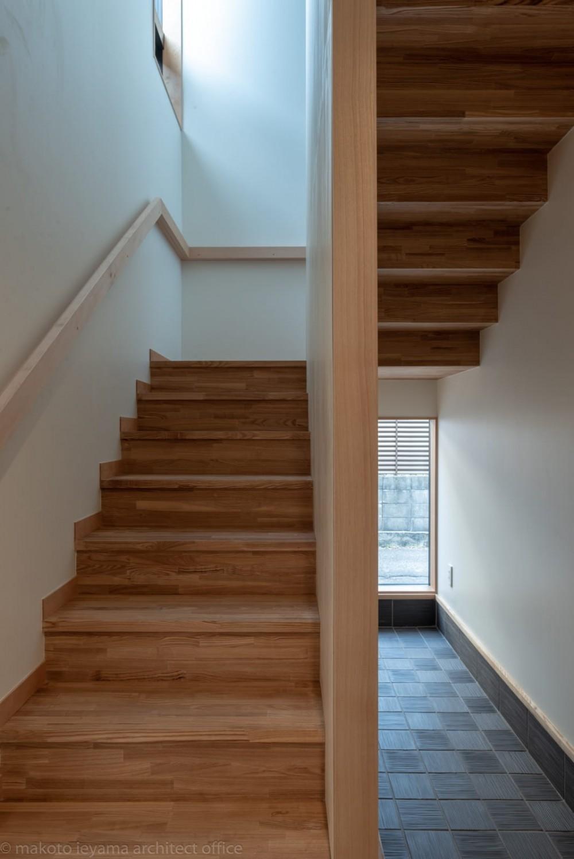 円光寺の家|内部と外部が繋がるミニマルな住宅 (玄関・階段)
