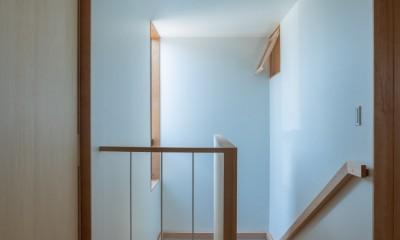 円光寺の家|内部と外部が繋がるミニマルな住宅 (階段ホール)