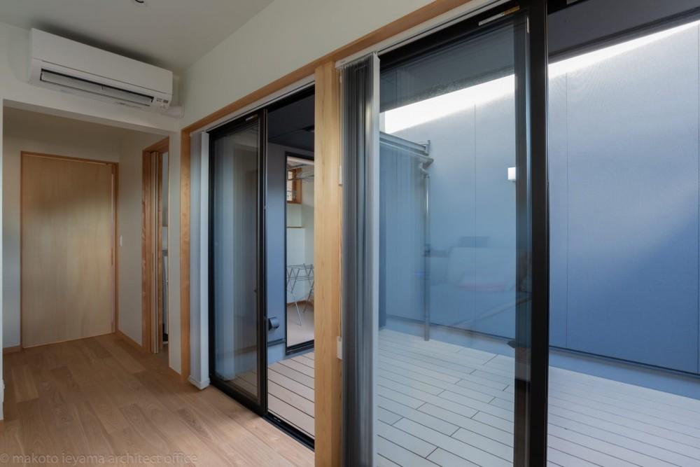 円光寺の家|内部と外部が繋がるミニマルな住宅 (寝室)