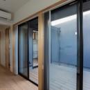 円光寺の家|内部と外部が繋がるミニマルな住宅の写真 寝室