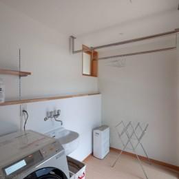 円光寺の家|内部と外部が繋がるミニマルな住宅 (洗濯室)