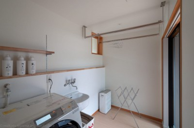 洗濯室 (円光寺の家|内部と外部が繋がるミニマルな住宅)