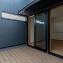 円光寺の家|内部と外部が繋がるミニマルな住宅の写真 寝室のプライベートなバルコニー