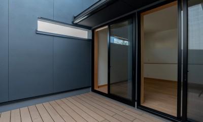 円光寺の家|内部と外部が繋がるミニマルな住宅 (寝室のプライベートなバルコニー)
