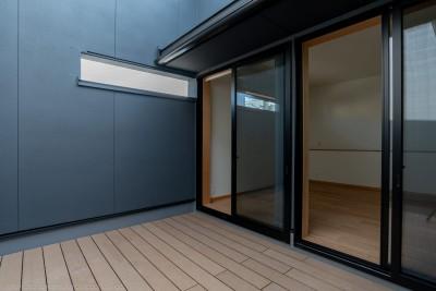 寝室のプライベートなバルコニー (円光寺の家|内部と外部が繋がるミニマルな住宅)