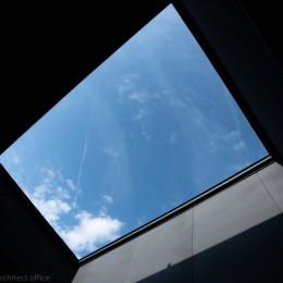 円光寺の家|内部と外部が繋がるミニマルな住宅 (バルコニー上部)