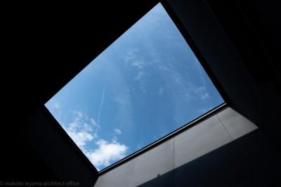 バルコニー上部 (円光寺の家 内部と外部が繋がるミニマルな住宅)