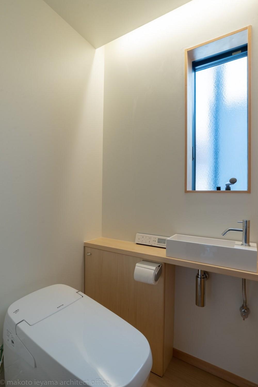 円光寺の家|内部と外部が繋がるミニマルな住宅 (トイレ)