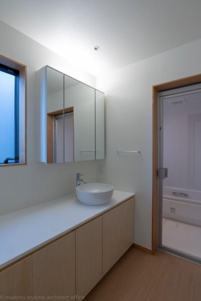 洗面所 (円光寺の家|内部と外部が繋がるミニマルな住宅)