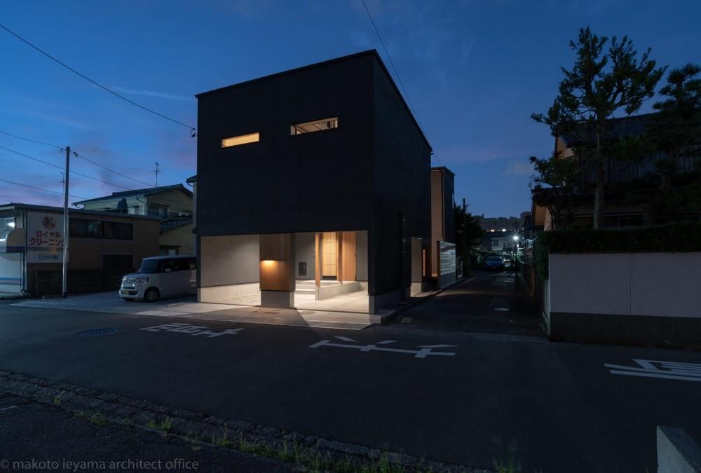 円光寺の家|内部と外部が繋がるミニマルな住宅 (外観夜景)