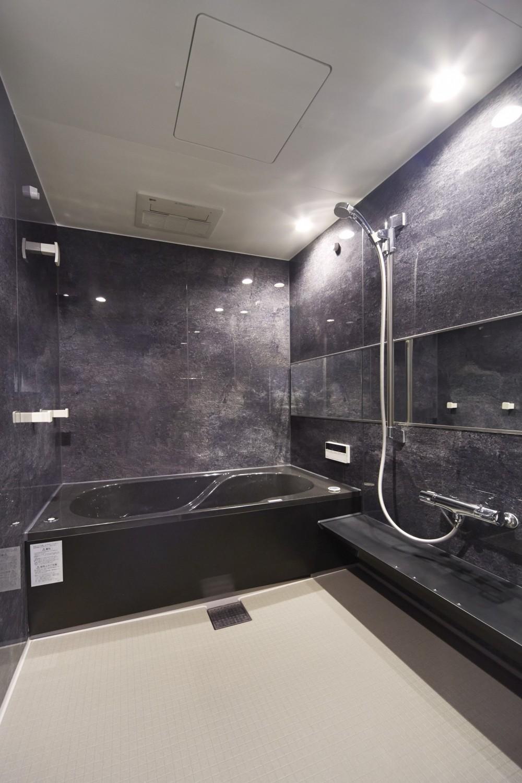 リビングに集うシンプルモダンな暮らし (おそうじ浴槽で手軽にキレイを実現!快適なバスルーム)