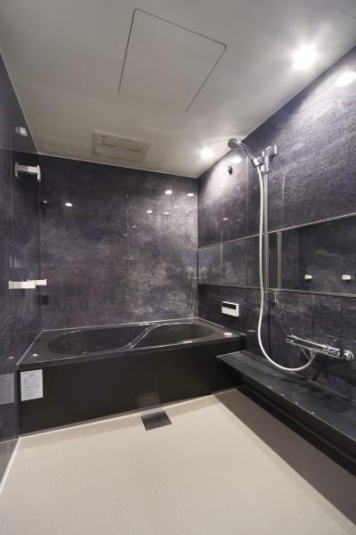 おそうじ浴槽で手軽にキレイを実現!快適なバスルーム (リビングに集うシンプルモダンな暮らし)