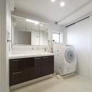 リビングに集うシンプルモダンな暮らしの写真 「洗う、干す、仕舞う」が一空間でできるママに嬉しい洗面室