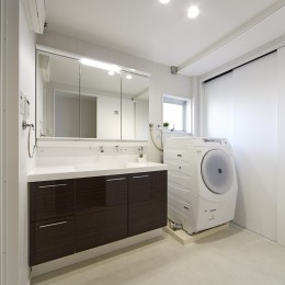リビングに集うシンプルモダンな暮らし (「洗う、干す、仕舞う」が一空間でできるママに嬉しい洗面室)