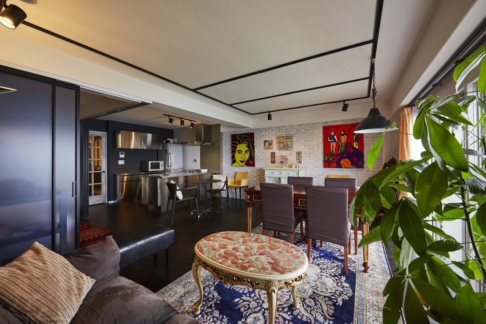間仕切壁を撤去して風通しの良い大空間リビングへ (個性溢れる家具とアートが融合するリゾートスタイルのセカンドハウス)
