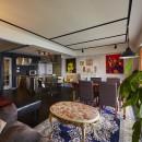 個性溢れる家具とアートが融合するリゾートスタイルのセカンドハウスの写真 間仕切壁を撤去して風通しの良い大空間リビングへ