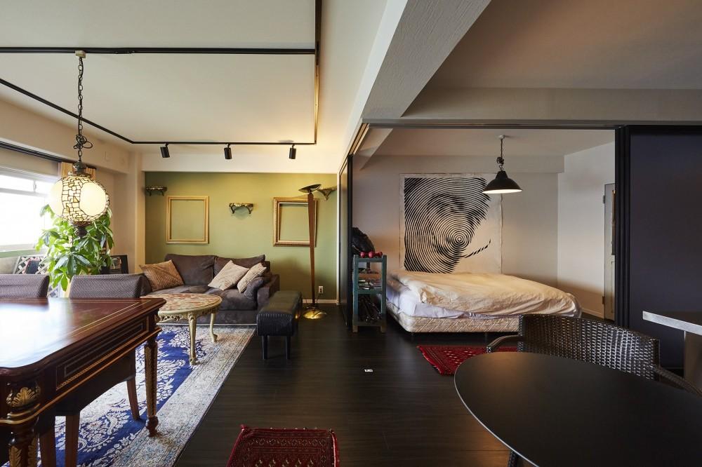 個性溢れる家具とアートが融合するリゾートスタイルのセカンドハウス (リビングの一角に光を取り入れた寝室)