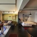 個性溢れる家具とアートが融合するリゾートスタイルのセカンドハウスの写真 リビングの一角に光を取り入れた寝室