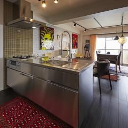 アクセントタイルとオールステンレスが調和する海外風キッチン (個性溢れる家具とアートが融合するリゾートスタイルのセカンドハウス)