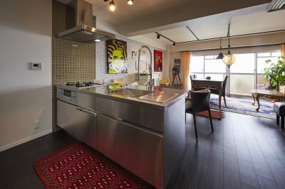 個性溢れる家具とアートが融合するリゾートスタイルのセカンドハウス (アクセントタイルとオールステンレスが調和する海外風キッチン)