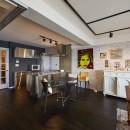 個性溢れる家具とアートが融合するリゾートスタイルのセカンドハウスの写真 海外にいるようなダイニング