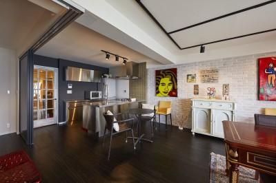 個性溢れる家具とアートが融合するリゾートスタイルのセカンドハウス (海外にいるようなダイニング)