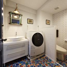 個性溢れる家具とアートが融合するリゾートスタイルのセカンドハウス (クラッシュグラス柄が映えるリゾートホテル風サニタリールーム)