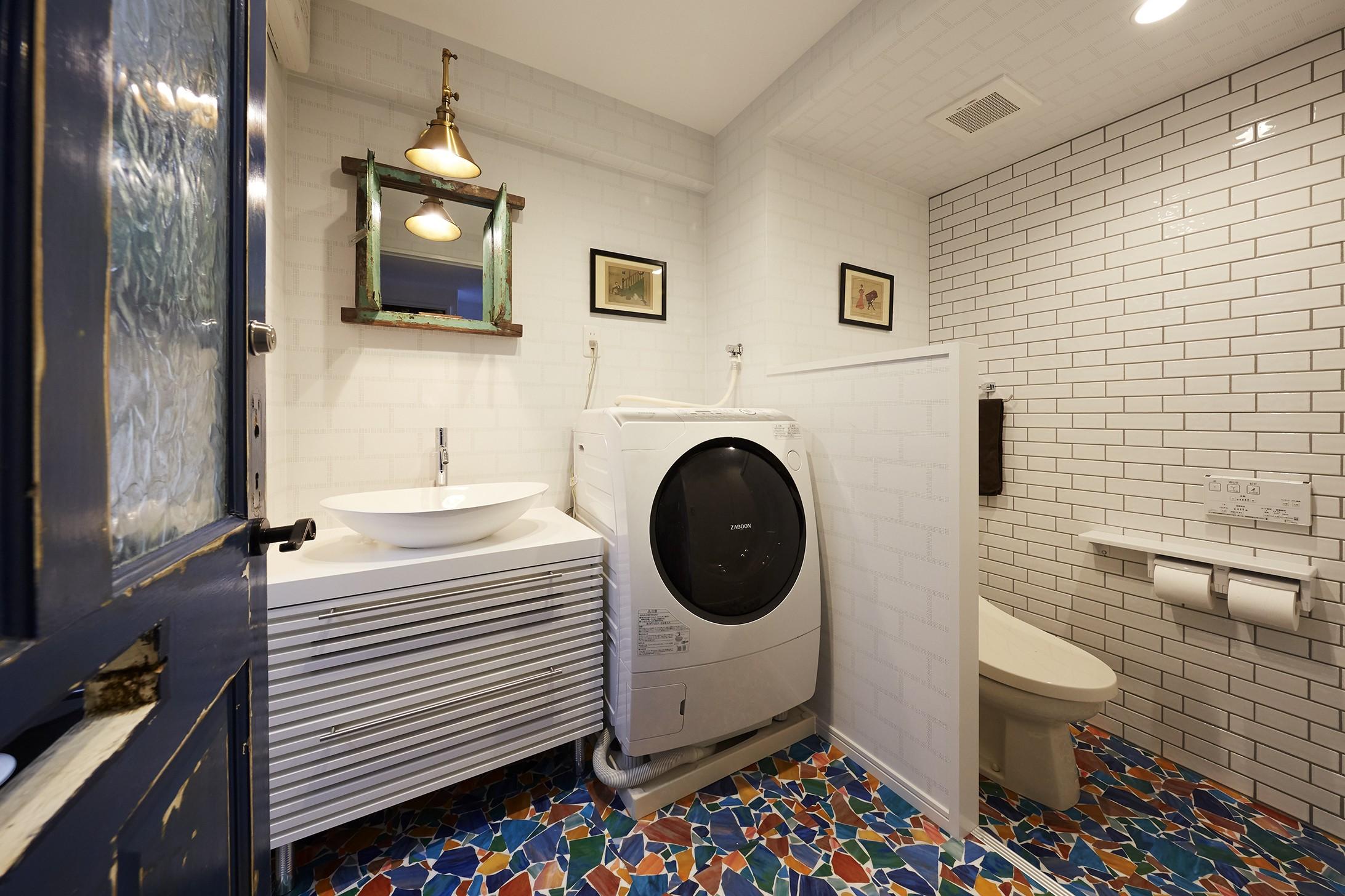 バス/トイレ事例:クラッシュグラス柄が映えるリゾートホテル風サニタリールーム(個性溢れる家具とアートが融合するリゾートスタイルのセカンドハウス)