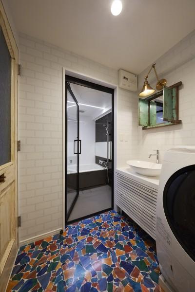 クラッシュグラス柄が映えるリゾートホテル風サニタリールーム (個性溢れる家具とアートが融合するリゾートスタイルのセカンドハウス)
