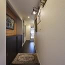 個性溢れる家具とアートが融合するリゾートスタイルのセカンドハウスの写真 フィルムシートで玄関を一新!アート作品を美しくディスプレイ
