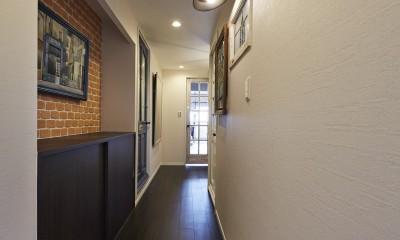 個性溢れる家具とアートが融合するリゾートスタイルのセカンドハウス (フィルムシートで玄関を一新!アート作品を美しくディスプレイ)