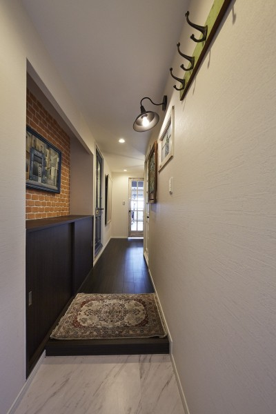 フィルムシートで玄関を一新!アート作品を美しくディスプレイ (個性溢れる家具とアートが融合するリゾートスタイルのセカンドハウス)