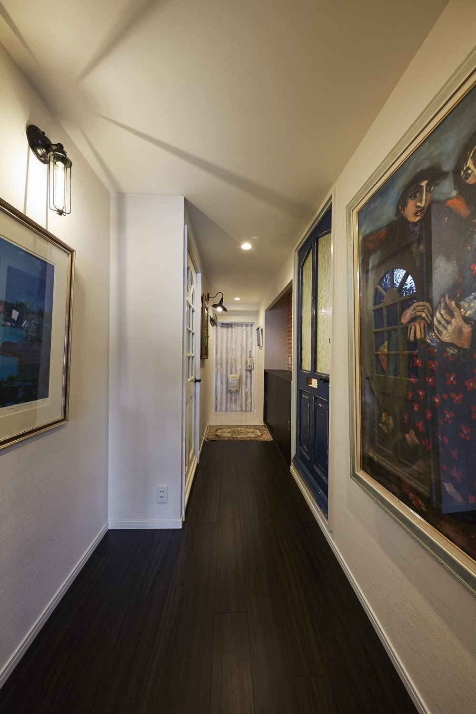個性溢れる家具とアートが融合するリゾートスタイルのセカンドハウス (美術展を彷彿とさせるギャラリースペース)