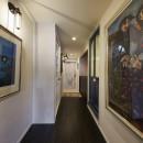 個性溢れる家具とアートが融合するリゾートスタイルのセカンドハウスの写真 美術展を彷彿とさせるギャラリースペース