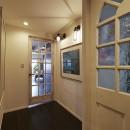 個性溢れる家具とアートが融合するリゾートスタイルのセカンドハウスの写真 ワクワクするアートな廊下